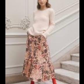 Fantastisk lækker og meget anvendelig nederdel fra GUSTAV. Den har en bred, broderet elastik-kant i taljen med smukke glimmerdetaljer og så har den skrå-lommer. Den er let foret. Du kan style den, både med en stillet og en sneakers for forskellige udtryk.