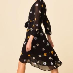 Rigtig fin kjole fra ganni, har haft et lille hul ved bindbånd men det ses på ingen måde, er syet professionelt.   Se også mine andre annoncer - mere ganni til salg