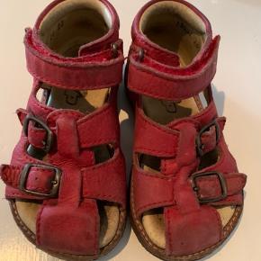 Brugt 1 mdr.  Rap sandaler til den smalle fod.