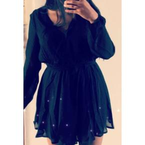 Helt ny kjole fra nelly i en L Med bånd rundt om taljen kan tages af.