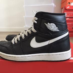 Nike Air Jordan 1 Modellen hedder Ying Yang Cond: 8 Mp: 500 kr (da det er budt Bin 675 kr   Intet og, men sendes i Nike boks