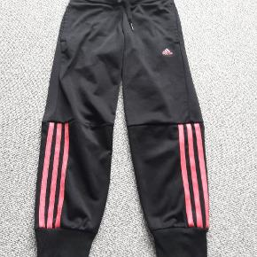 Adidas bukser str 128 Sort  Brugt men pæne  Ingen slidmærker  Fra røgfrit og dyrefrit hjem