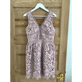 Super fin rosa / lyserød kjole med blonder fra New Look Premium.