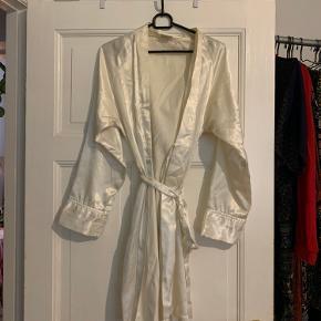 Fin morgenkåbe. Så behagelig og let at have på. I noget satin/silke.   Se mine andre annoncer. Giver rabat ved flere køb :)  Køber betaler fragt men vi kan også mødes :)
