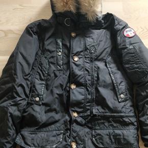 Sælger denne fede vinterjakke fra Pajar. Jakken er ikke særlig brugt og står derfor som ny! Virkelig god til at temperere sig, så den fungerer ideelt som vinterjakke i Danmark.