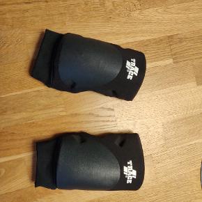 Trace volleyball knæbeskyttere med pude i str S ( passer bedst til XS) Brugte få gange, slet ikke slidt.