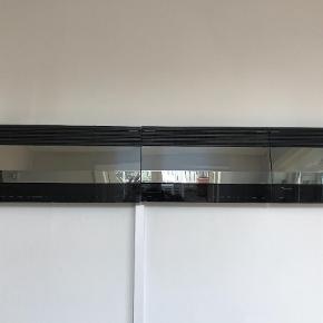 Brand: B & O Varetype: B & O anlæg Størrelse: 146 x 26 Farve: - Oprindelig købspris: 15000 kr.  Ældre B & O anlæg 146 cm lang og 26 cm høj. I 3 dele. Radio (virker) Bånd afspiller (virker) CD er remmen faldet af.   Af udseende er det i god stand.   Glasset ved tastaturet i Go stand, men sidder løst på to.  Ikke bytte.  Dyrt at sende. Mødes og handle er bedst.