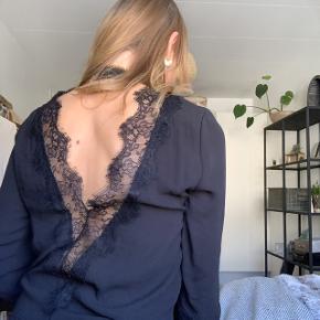 ✨💃🏼 Super fin festtrøje fra Gina Tricot 💃🏼✨  Har den flotteste ryg med blondedetaljer, samt knappedetalje både i nakken og ved håndledet 🌺