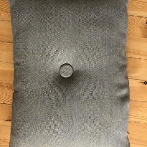 Sælger min pude fra hay i grå med lidt gullige undertoner.  Puden fejler intet og er kun markeret som god men brugt, da det ikke er muligt at fjerne betrækket for at vaske det.   Bud er velkomne.