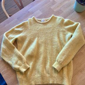 Den fineste sweater i en skøn gul farve. Perfekt til efteråret  I god stand uden brugstegn