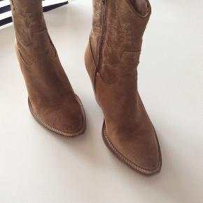 Pavement Støvler, Næsten som ny. Nibe - Kun brugt 1 gang. Pavement Støvler, Nibe. Næsten som ny, Brugt og vasket et par gange men uden mærker eller skader