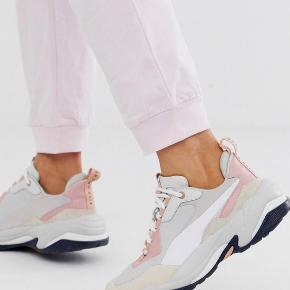 Smukke puma sneakers i pink & beige farve🌸 Brugt kun 3 gange Nypris: 950DKK  Skriv hvis du vil se flere billeder.