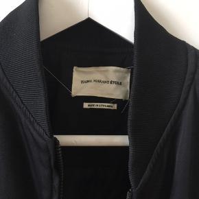Smart bomber jakke, frakke med fede detaljer. Er i rigtig god stand. Fed som overgangsjakke.  Passer str 36, s - måske en lille 38, M  Sælger meget andet