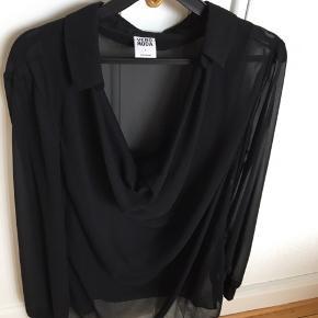 """brugt 2 gange - fin gennemsigtig skjorte - med """"vandfald"""" foran. Fremstår som ny"""