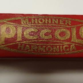 Super lækker lille vintage mundharmonika fra m.hohner som efter sigende skulle være fra 1934 sælges , den måler 8*2*2 cm . Mundharmonikaen er i fin stand, der. Står c bag på den