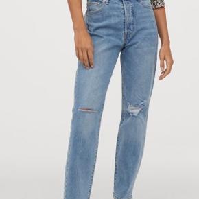 Næsten aldrig brugt!   Super fede high waist/højtaljede mom jeans med huller ved knæene.   Sælges kun da jeg har fået et andet par.    Taljemål: 72 cm.  Længde: 100 cm.   Se også mine andre annoncer - tøj fra Ganni, H&M, Zara, & other stories, YAYA og flere 🥰