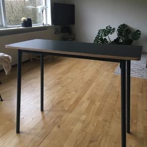 Fint lille skrivebord fra Søstrene Grene. Farven er grå/lilla. Se sidste billede. Det måler 90x40 cm. Der er små fejl i 3 hjørner, da folien er gået lidt løs.