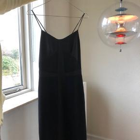 Satin kjole. skriv for flere billeder