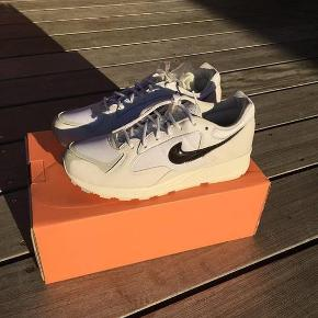 Varetype: Sko Farve: Hvid Kvittering haves.  Sælger de her helt nye Nike Air Skylon ll/FOG. Alt medfølger, også kvittering. Skriv gerne hvis du har spørgsmål? Jeg har også flere billeder af detaljerne på skoen.