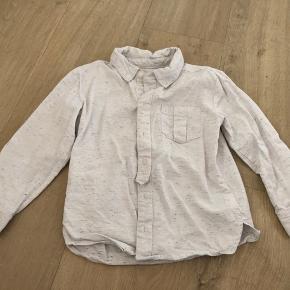 Rigtig fin skjorte brugt få gange. Der er lidt rødt, blåt og orange i stoffet. Fine detaljer ved brystlommen og ved knapperne. Lækker kvalitet.  Fra dyre- og røgfrit hjem. Sender gerne med dao eller post nord. Prisen er plus porto.