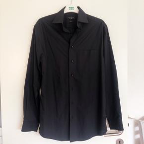 Morgan lækker krølfri sort herreskjorte str 37/38.  Brystvidde ca 2x53 cm og længde ca 79 cm.