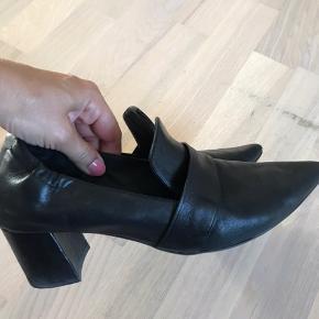 Fed Billi sko i lækker blød skind så de sidder behageligt på foden - perfekt her til efterår inden støvlerne skal på