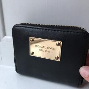 Fin Michael Kors pung - pungen er brugt med læderet stadig flot! 🤗 se også Michael Kors skuldertasken, der matcher.