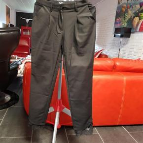 Brand: Nü by staff Varetype: Bukser (175 kr) Farve: Sort  Flotte nü by staff bukser, aldrig brugt.