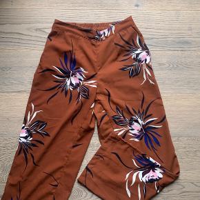 Disse bukser med vidde har jeg kun brugt ganske få gange så de fremstår fuldstændig som nye. Perfekte her til efterår og vinter.