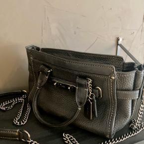 Smukkeste COACH crossbody taske, i virkelig god stand! Kommer med lang kæde/strop og både den og alt andet hardware er i oxyderet mørkt sølv. Tasken er rummelig trods dens størrelse og er enormt holdbar og i god kvalitet.