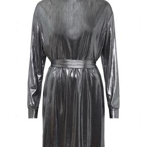 Custommade Selina kjole  Nypris 1.599 kr.  95% polyester, 5% elastan  Kan prøves/afhentes på Frederiksberg.