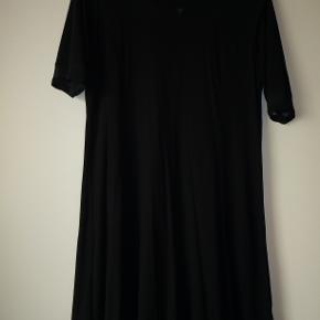 Lækker kjole i jersey i viscose/elastan. Har mess stof i halskant og ved ærmer. Er syet i bredder. Str 2, svarer ca til str 40. Længde 93 cm.
