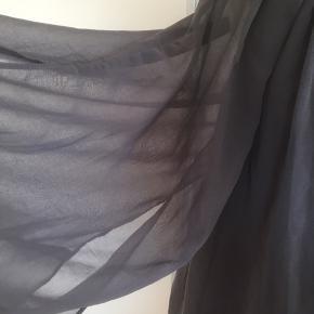 Mærke: Minus Størrelse: 34, passer også str. 36 Farce: grå Materiale: Polyester Blusen: bluse i dobbelt lag, elastik forneden og store gennemsigtige ærmer.  Stand: aldrig brugt  Sælges 65 kr #Secondchancesummer Bytter ikke Sætter pris på tilfredse købere