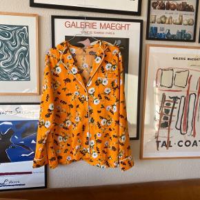 Smuk orange skjorte med blomsterprint fra Envii i str m 🌼 oversize fit. Brugt men i pæn stand!   Bemærk - afhentes i 8210 eller sendes med dao. Bytter ikke 🌸  ♻️ Skjorte bluse oversize orange blomster blomstret   #30dayssellout