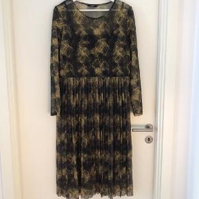 Transparent kjole med krokodille mønster med sort underkjole. Lidt slidt under armhulen, hvor det stikker nogle elastik trevler ud. De kan trimmes ned 💛🤎💚