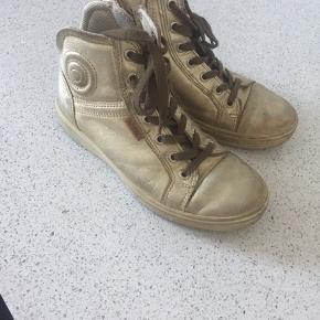 Ecco str. 35. Gode men brugte. Gode solide støvler. Pæn under støvlen også (sålerne ikke slidte).