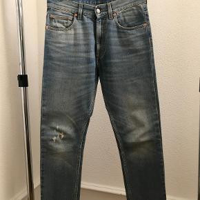 Brand: Gucci Varetype: Vintage blue loose cut jeans Størrelse: 29 Fit: Straight cut / Relaxed Mål:  Ben åbning 16,5cm Udvendig ben længde 95cm Talje 40cm  Farve: Denim Materiale: 98% Bomuld - 2% Elastan  Stand: Fremstår som ubrugte Nypris: 5.700 kr Sælges for: 2.850 kr Inklusiv: Original tags samt kopi af kvittering  Handel: Sælges via en TS handel eller de kan afhentes i Kolding.   Beskrivelse:  Blå denim jeans fra Gucci. Størrelse 29, low wasted relaxed loose fit i stonewashed super blødt denim.   Fremstår fuldstændig ubrugt. Købt i London og sælges i perfekt købt stand med original tag samt kopi af kvittering. Nypris 5.700kr Sælges for 2.850kr