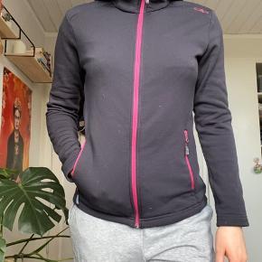 Varm trøje/fleece. Jeg har selv brugt den til et ekstra lag på ski. Som det kan ses på billedet har den noget fnuller, dog gør det ikke noget ved funktionen ;)