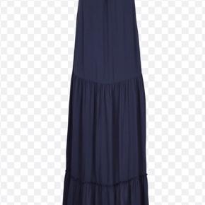 duma strap maxi dress fra second female. Meget smuk til bryllup sommer el fest der står xs i den men det er en loose fit som svarer til s-m.