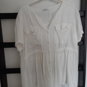 Rigtig fin skjorte med bindebånd og knapper. Trænger til at blive strøget 😊