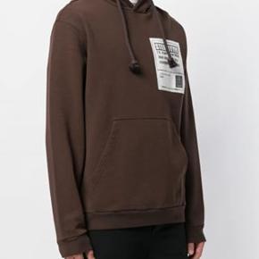Varetype: hoodie Farve: Brun Oprindelig købspris: 3200 kr.  Sælger denne Maison Margiela hoodie cond 9 - kun brugt en lille håndfuld gange, fejler absolut intet og ingen brugsspor nypris: 3200kr
