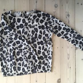 Sweater med dyreprint og lynlås i ryggen. Med uld, alpaka og mohair