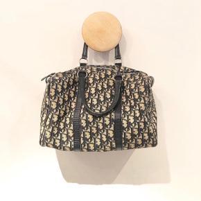 Sælger min smukke lille vintage Christian Dior taske. Sælges for 2800kr   Størrelse 30x24