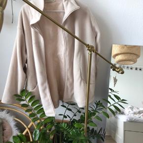 Dejlig plysset jakke - stor i størrelsen   #30dayssellout