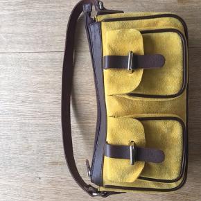 Lækker karry farvet ruskinds taske fra Malling & Mikai dansk design, målet 28x16x7, mange detaljer