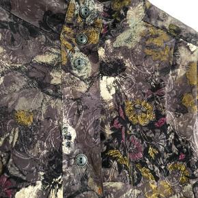 Super flot vintage sæt bestående af plisseret nederdel og kort jakke med flot snit, krave og knapper. Gråt mønster og perfekt stand. Str XL/44 men jeg vil sige det kan bruges af 42-46. Nederdelen kan evt syes lidt ind.   Sælges kun samlet.  Køber betaler evt porto medmindre man køber mere end én ting, så deler vi.