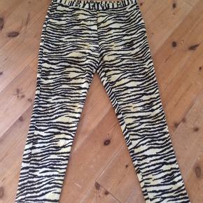 Flotte zebra bukser i viskose/polyester fra maison scotch. Med lommer og god behagelig pasform.