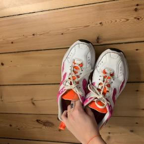 Nike tekno sneakers i flot stand, meget nemme at holde rene. Virkelig behagelige at have på!