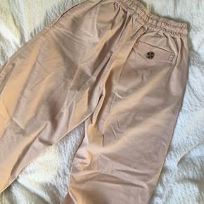 Jeg sælger disse straight bukser fra Asos. Kun brugt få gange.