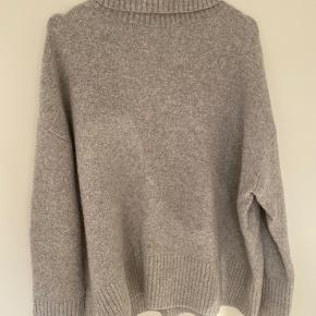 Blødeste sweater fra & Other Stories 🐚 Bliver desværre ikke brugt længere, og derfor skal en anden have fornøjelsen af den! Ingen tegn på slid, blot brugt en periode i vinteren sidste år.